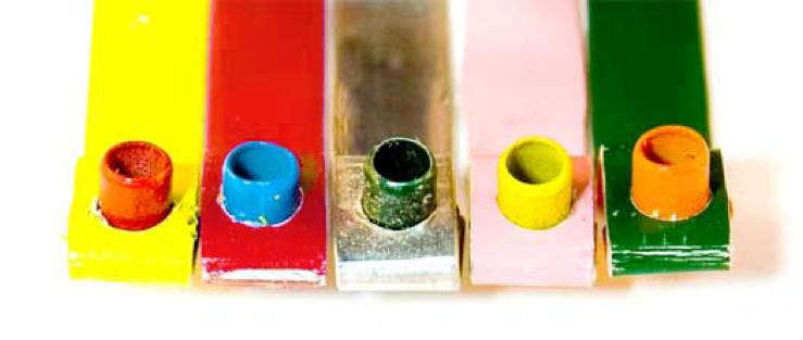 remaches de distintos colores